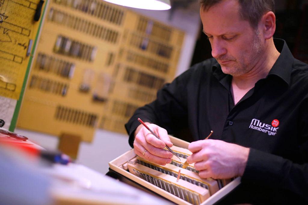 Stephan Rumberger beim Stimmen einer Steirischen Harmonika